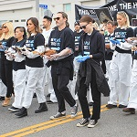 >Хоакин Феникс и Руни Мара на митинге в защиту прав животных