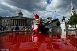 >Защитники прав животных окрасили фонтаны на Трафальгарской площади в кровавый цвет</a>          border=